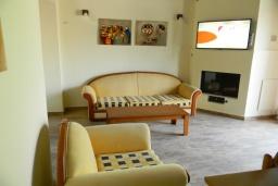 Гостиная. Греция, Панормо : Современный апартамент в 50 метрах от моря, с гостиной, двумя спальнями и балконом с видом на море