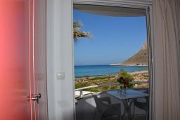 Балкон. Греция,  Ханья : Студия с балконом и видом на море, в комплексе с бассейном и пляжем