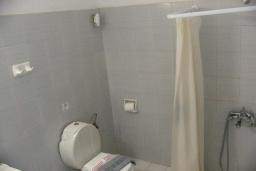 Ванная комната. Греция,  Ханья : Апартамент в комплексе с бассейном и пляжем, с гостиной, отдельной спальней и балконом с видом на море