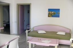 Гостиная. Греция, Ханья : Апартамент в комплексе с бассейном и пляжем, с гостиной, отдельной спальней и балконом с видом на море