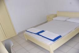 Спальня. Греция,  Ханья : Апартамент в комплексе с бассейном и пляжем, с гостиной, отдельной спальней и балконом с видом на море