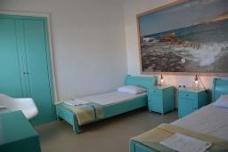 Спальня 2. Греция, Ханья : Апартамент в комплексе с бассейном и пляжем, с гостиной, двумя спальнями и балконом с видом на море