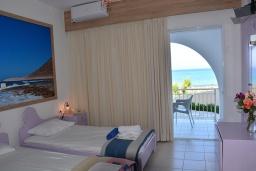 Спальня 2. Греция, Ханья : Апартамент в комплексе с бассейном и пляжем, с двумя спальнями, двумя ванными комнатами и балконом с видом на море