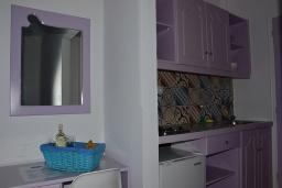 Кухня. Греция,  Ханья : Апартамент в комплексе с бассейном и пляжем, с двумя спальнями, двумя ванными комнатами и балконом с видом на море