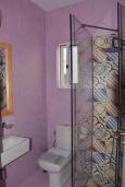 Ванная комната. Греция, Ханья : Апартамент в комплексе с бассейном и пляжем, с двумя спальнями, двумя ванными комнатами и балконом с видом на море