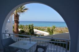 Балкон. Греция,  Ханья : Апартамент в комплексе с бассейном и пляжем, с двумя спальнями, двумя ванными комнатами и балконом с видом на море