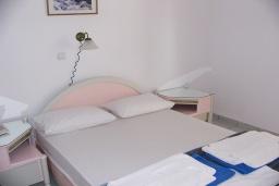 Спальня. Греция, Ханья : Апартамент в комплексе с бассейном и пляжем, с гостиной, тремя спальнями, двумя ванными комнатами и балконом с видом на море