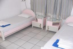 Спальня 3. Греция,  Ханья : Апартамент в комплексе с бассейном и пляжем, с гостиной, тремя спальнями, двумя ванными комнатами и балконом с видом на море