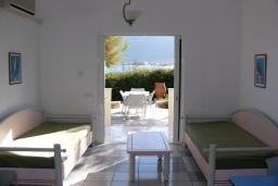 Гостиная. Греция, Ханья : Апартамент в комплексе с бассейном и пляжем, с гостиной, тремя спальнями, двумя ванными комнатами и балконом с видом на море