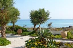Вид на море. Греция, Ханья : Апартамент в комплексе с бассейном и пляжем, с гостиной, тремя спальнями, двумя ванными комнатами и балконом с видом на море