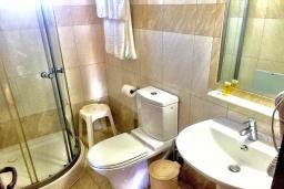Ванная комната. Греция, Иерапетра : Апартамент в комплексе с бассейном и в 100 метрах от пляжа, с гостиной, отдельной спальней и балконом