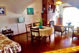 Гостиная. Греция, Иерапетра : Апартамент в комплексе с бассейном и в 100 метрах от пляжа, с просторной гостиной, отдельной спальней и балконом