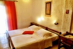 Спальня. Греция, Иерапетра : Апартамент в комплексе с бассейном и барбекю, с гостиной, двумя спальнями и балконом с видом на море