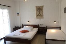 Спальня 2. Греция, Иерапетра : Апартамент в комплексе с бассейном и барбекю, с гостиной, двумя спальнями и балконом с видом на море