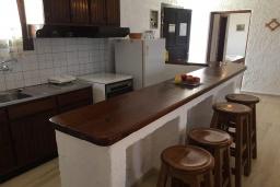 Кухня. Греция, Иерапетра : Апартамент в комплексе с бассейном и барбекю, с гостиной, двумя спальнями и балконом с видом на море