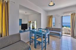 Гостиная. Греция,  Ханья : Апартамент в комплексе с бассейном, с гостиной, отдельной спальней и балконом с видом на море