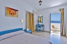 Спальня. Греция, Ханья : Апартамент в комплексе с бассейном, с гостиной, отдельной спальней и балконом с видом на море