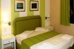 Спальня. Греция, Айя Пелагия : Апартамент в комплексе с бассейном, с гостиной, отдельной спальней и балконом с видом на море и горы