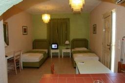 Спальня. Греция, Агия Пелагия : Апартамент в комплексе с бассейном, с гостиной, двумя спальнями и балконом с видом на море и горы