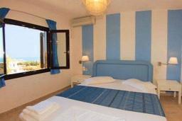Спальня. Греция, Айя Пелагия : Апартамент в комплексе с бассейном, с гостиной, двумя спальнями и балконом с видом на море и горы