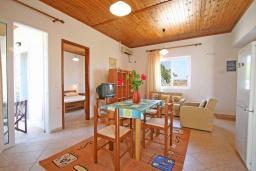 Гостиная. Греция,  Ханья : Отдельный домик в комплексе с бассейном и садом, с гостиной, двумя спальнями, двумя ванными комнатами и террасой с видом на море