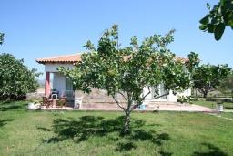 Фасад дома. Греция,  Ханья : Отдельный домик в комплексе с бассейном и садом, с гостиной, двумя спальнями, двумя ванными комнатами и террасой с видом на море