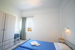 Спальня. Греция, Ханья : Апартамент в комплексе с бассейном и садом, с гостиной, отдельной спальней и балконом с видом на море