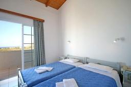 Спальня. Греция, Ханья : Апартамент в комплексе с бассейном и садом, с гостиной, тремя спальнями, двумя ванными комнатами и балконом с видом на море