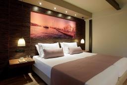Спальня. Греция, Айя Марина : Двухуровневый полулюкс с гостиной и отдельной спальней в комплексе с бассейном и в 100 метрах от пляжа