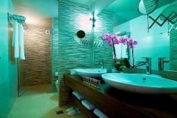 Ванная комната. Греция, Айя Марина : Двухуровневый полулюкс с гостиной и отдельной спальней в комплексе с бассейном и в 100 метрах от пляжа