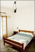Спальня. Греция, Ваи : Апартамент в комплексе с бассейном и садом, с гостиной, отдельной спальней и террасой