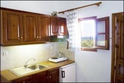 Кухня. Греция, Ваи : Апартамент в комплексе с бассейном и садом, с гостиной, отдельной спальней и террасой