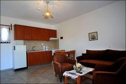 Гостиная. Греция, Ваи : Апартамент в комплексе с бассейном, с гостиной, отдельной спальней и террасой
