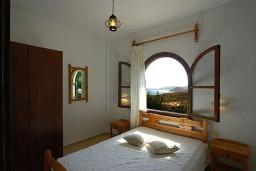 Спальня. Греция, Ваи : Апартамент в комплексе с бассейном, с гостиной, отдельной спальней и террасой