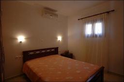 Спальня. Греция, Ваи : Улучшенный апартамент в комплексе с бассейном, с гостиной, отдельной спальней и террасой