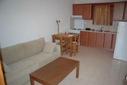 Гостиная. Греция, Ваи : Улучшенный апартамент в комплексе с бассейном, с гостиной, двумя спальнями и террасой