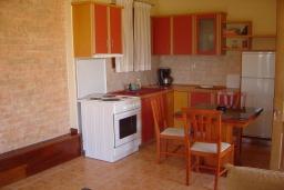Кухня. Греция, Ваи : Апартамент в 50 метрах от пляжа, с гостиной, отдельной спальней и террасой с видом на море