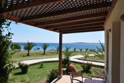 Терраса. Греция, Ваи : Апартамент в 50 метрах от пляжа, с гостиной, отдельной спальней и террасой с видом на море