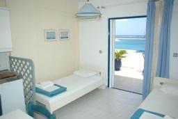 Спальня. Греция, Сития : Апартамент в 20 метрах от пляжа, с гостиной, отдельной спальней и балконом