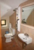 Ванная комната. Греция, Сития : Апартамент в комплексе с бассейном, с гостиной, отдельной спальней и террасой с видом на море