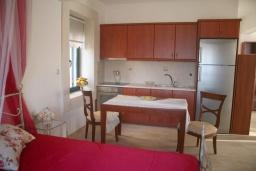 Спальня. Греция, Сития : Апартамент в комплексе с бассейном, с гостиной, отдельной спальней и террасой с видом на море