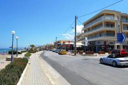 Фасад дома. Греция, Ретимно : Прекрасная студия с балконом и шикарным видом на море, 20 метров до пляжа
