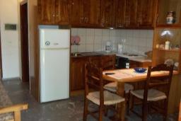 Кухня. Греция, Амудара : Апартамент в комплексе с бассейном, с гостиной, отдельной спальней и террасой