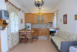Гостиная. Греция, Амудара : Апартамент в комплексе с бассейном, с гостиной, двумя спальнями и балконом с видом на море