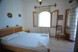 Спальня. Греция, Амудара : Апартамент в комплексе с бассейном, с гостиной, двумя спальнями и балконом с видом на море