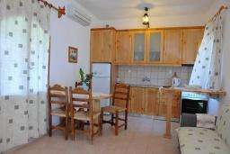 Кухня. Греция, Амудара : Апартамент в комплексе с бассейном, с гостиной, двумя спальнями и балконом с видом на море