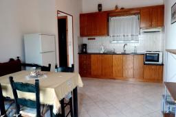Кухня. Греция, Плакиас : Апартамент в 50 метрах от пляжа, с гостиной, двумя спальнями и двумя балконами с видом на море