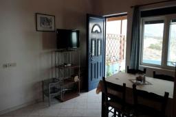 Гостиная. Греция, Плакиас : Апартамент в 50 метрах от пляжа, с гостиной, двумя спальнями и двумя балконами с видом на море
