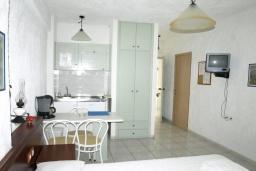 Студия (гостиная+кухня). Греция, Миртос : Студия с балконом в комплексе с бассейном