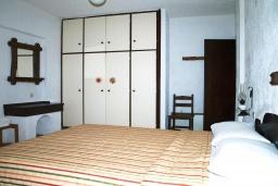 Спальня. Греция, Миртос : Апартамент в комплексе с бассейном, с гостиной, отдельной спальней и балконом